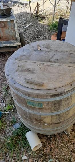 Bau Antigo E Maquina De Lavar Roupa Antiga De Madeira