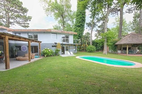 Casa De 4 Dormitorios Con Piscina En Alquiler- Ref: 3874