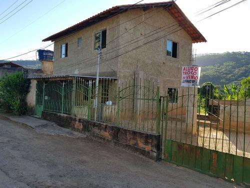 Casa Com Três Quartos, Sala, Cozinha, Copa E Dois Banheiros.