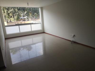 Departamento De Dos Pisos Con 3 Habitaciones, Patio, Cochera