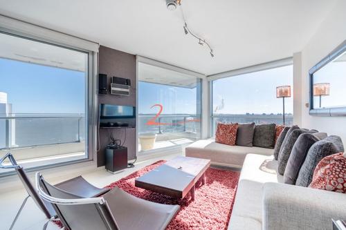 Venta De Apartamento Piso Alto A Pasos De Playa Mansa, Tres Dormitorios Más Servicio- Ref: 5332