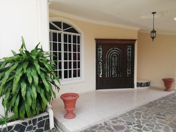Casa En Venta Con Lote De 927 Mts2 Y En Buenas Condiciones