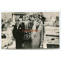 Antigua Foto Hombres Llevando Cajon En Cementerio Funebre
