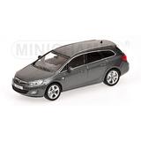 Miniatura Opel Astra Sportstourer 2011 1:43 Minichamps