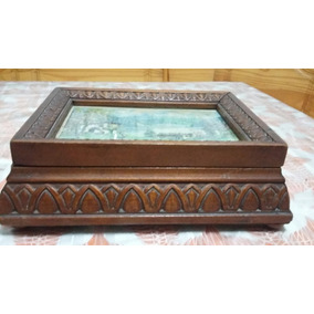 caja de madera muy antigua tallada a mano