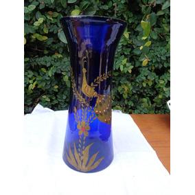Un Florero De Opalina Azul Con Muy Lindo Dibujo Dorado
