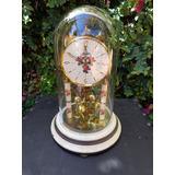 Un Bellisimo Reloj De Mesa Con Cúpula Muy Delicado