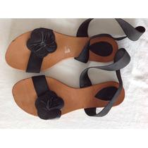 Sandalias Negras Con Aplique Flor En Cuero