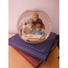 Esfera De Agua En Forma De Libros Con Familia Leyendo Retro