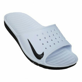Calçando O Sandália Infantil Nike Solarsoft Slide