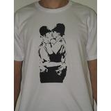 Camiseta Básica Banksy Beijo Militares Promoção