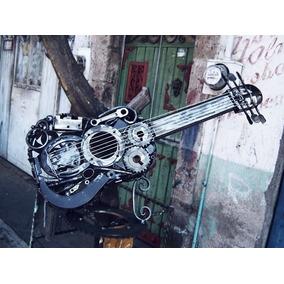 Escultura De Guitarra Realizada Con Chatarra Metálica