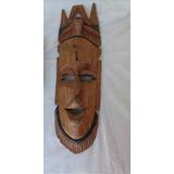 Una Mascara De Madera Tallada A Mano De Bello Diseño