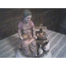 Figura De Porcelana Japonesa - Anciana Con Gallinas