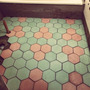 Hexágono · Simil Mosaico Calcareo Gris ·25x25 (piso -pared)