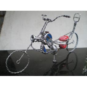 escultura de moto con alambre y material reciclado