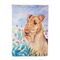 Airedale Terrier En Las Flores De La Bandera El Tamaño De S