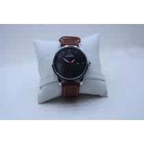 Relógio Modelo Tommy Pulseira Couro Marrom Fundo Preto