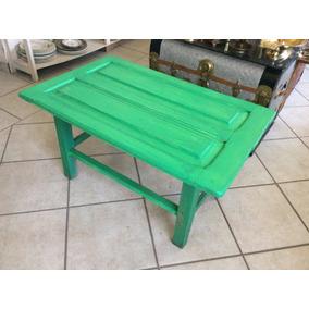mesa de centro hecha con puerta de madera antigua vintage