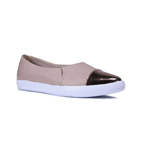 Capa De Ozono Slip On En Color Nude Y Punta Metalica