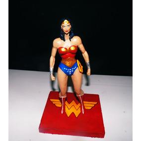 Figura Em Ação Da Mulher Maravilha E Busto Do Sinestro