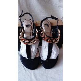 Sandalias Bajas Color Negro Con Cadena Dorada En El Frente