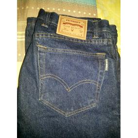 Pantalón Obrero Tiene Logo Timbrado En Una Pierna