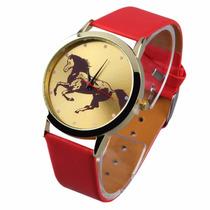 Reloj Dorado Con Caballo, Correa Color Rojo