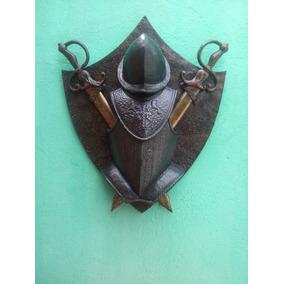 Medieval Escudo Grande Com Elmo Peitoral E Espadas