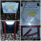 Mueble En Miniatura Pizarrón De Madera Y Puntero Con Mapa
