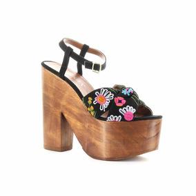 Sandalia Con Plataforma De Madera Y Chinela Bordada
