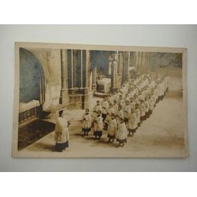 Lindo Foto Postal Antiga ( Padre E Coral De Meninos Na Igrej