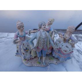 Una Hermosa Figura De Porcelana Sellada