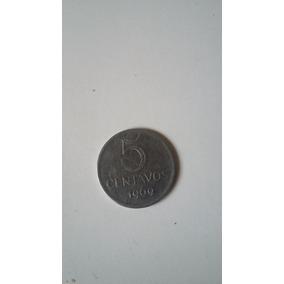 Vendo Uma Moeda De Cinco Centavos Do Ano 1969