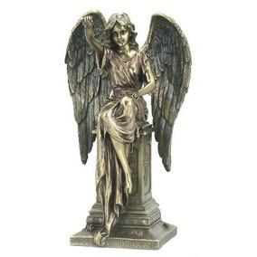 Escultura De Angel Con Rosas Sobre Una Tumba De 28 Cm