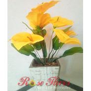Arranjo Artificial De Flores Com Vaso De Madeira.