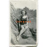 Antigua Foto Joven Mujer En Traje De Baño