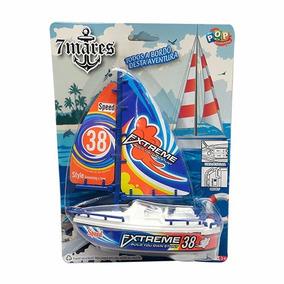 Barco A Vela De Brinquedo A Pilha Flutua Na Àgua