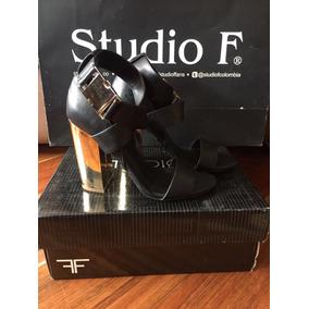 Sandalias Negras Con Apliques Dorados Studio F