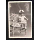 Criança Sentadanuma Cadeira -photo.barbeitos-porto Alegre