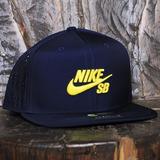 cheap for discount a7896 606e9 Boné Nike Sb Icon Trucker Snapback Azul Escuro
