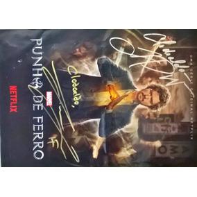 Cartaz Punho De Ferro Autografado Por Finn Jones E Tom Pelph