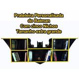 Prateleira Do Batman Suspensa C/5 Nichos + Adesivo De Brinde