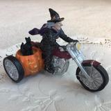 Lemax Spooky Town - Decorações De Halloween - Bruxa De Moto