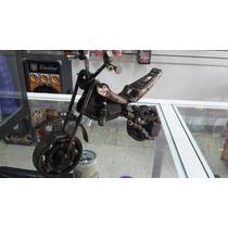 Motocicleta Tipo Croos Metalico Hecha De Materiales Reciclad