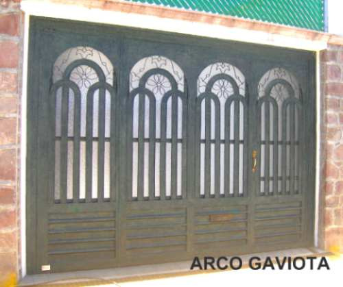 Puerta arco gaviota de herreria rustica fina metro for Puerta zaguan aluminio