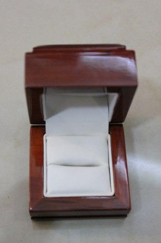 caja de madera elegante para anillo de compromiso brillante
