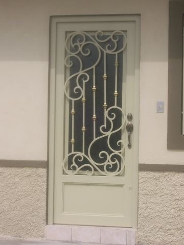 Puertas de herrer a en diferentes dise os y colores for Puertas de metal con vidrio modernas