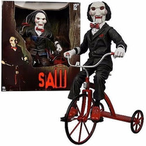 Jogos Mortais Jigsaw Billy The Puppet & Tricycle Saw Vitrine
