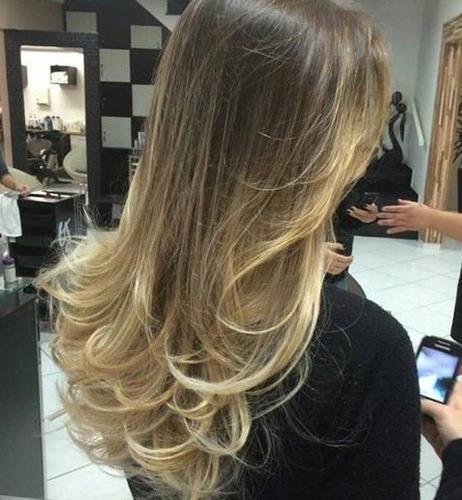 Comprar meios pela criação de cachos em um cabelo direto